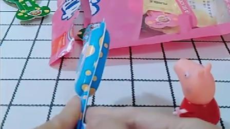 小猪佩奇猪爸爸猪妈妈都有很多好吃的,乔治看到很多牙刷糖,他怎么不要呢?