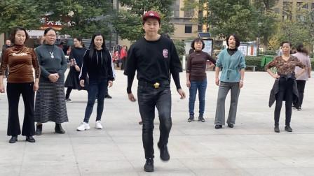 厉害!17岁小伙街头跳鬼步舞,流畅,有范了