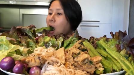 泰国主妇吃猪肉咖喱饭,竹笋跟生蔬菜,满满一桌美食一个人吃完