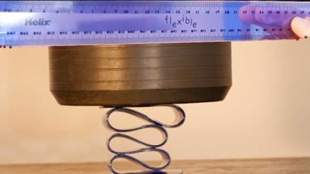 液压机能把柔软的直尺压碎吗?小伙作死测试后,瞬间不淡定了!