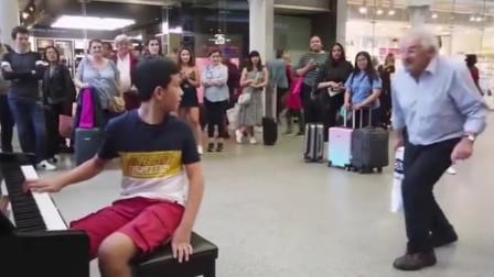 12岁中国男孩弹奏《波西米亚狂想曲》,老外激动大喊:再来一首!