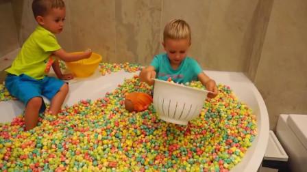 熊孩子们真调皮! 这是把家里一年的爆米花都给爆完了吧 真是太能作了!