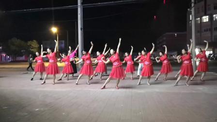 点击观看《获嘉艳霞广场舞 三步情歌站着等你三千年》