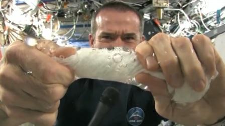 在太空站中拧毛巾,毛巾能被拧干吗?这画面看起来好神奇!