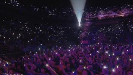 刘德华演唱经典《忘情水》,台下万人含泪大合唱,场面太壮观了
