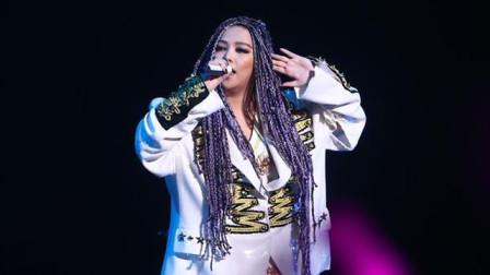 阿妹在国外演唱《如果你也听说》磁性的嗓音,现场观众掌声沸腾了