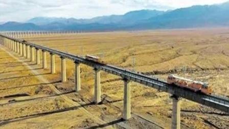 """沙漠中的""""金腰帶"""" 敦煌鐵路全線開通"""