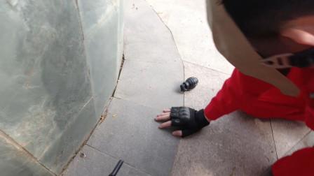 真人版吃鸡:扶队友看到敌人扔来手雷,枪蟹师想跑却被抱住大腿!