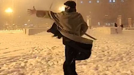 最近突然火起来的这段旋律,配上网友在雪中的探戈,实在太潇洒了