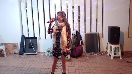 街头艺人小红翻唱《东山飘雨西山晴》,悠扬的歌声响彻天际