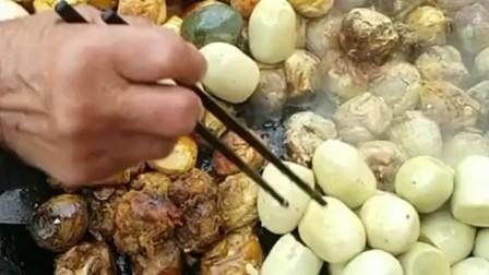 一群人围着锅边吃毛蛋,每个都煎的外酥里嫩,就算是价格贵也阻挡不住吃货!