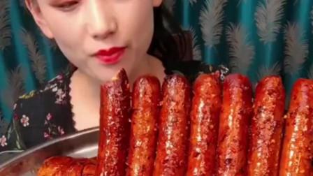 火锅卤鸡腿,美女吃的太香了,看着就很辣很有食欲