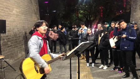西安超火的翻唱歌手,一首汪峰的《北京北京》引路人围观鼓掌!