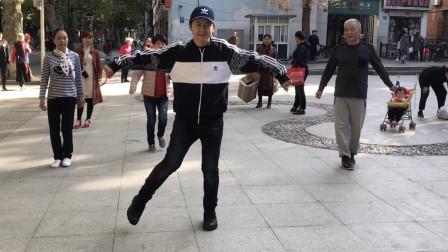 19岁小帅哥街头跳鬼步舞,舞步轻巧,不少路人停下跟着蹦,真魔性