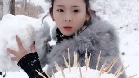 搞笑视频:妹子 不是打雪仗吗 别走啊 是不是玩不起