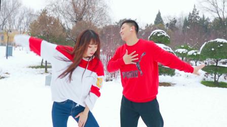 点击观看《NANA 和大叔不怕严寒!雪地里起舞《下山》》