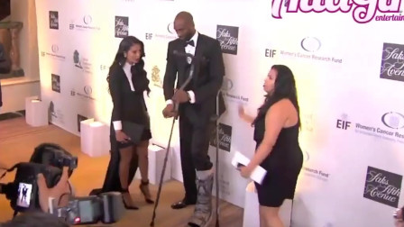 科比拄着拐杖和妻子瓦妮莎在一起,看得出来很恩爱