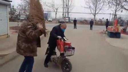 山东一位大爷骑着电动车走亲戚,走到村口被人用大扫帚给赶跑了!