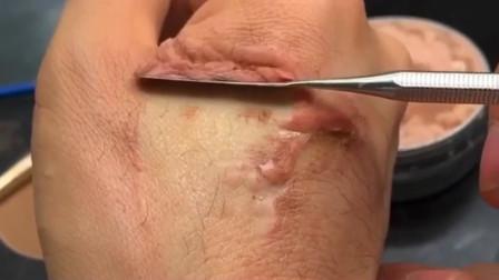 毫不夸张的说,这位化妆师是我见过最厉害的,手上的疤痕都能化的如此真实!