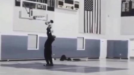 科比举着小女儿扣篮,太可爱了,长大以后也会像爸爸一样这么爱打篮球吧