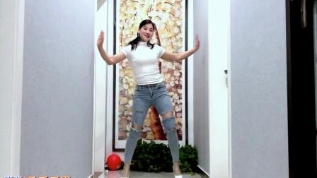 点击观看《青青世界豪宅走廊学跳健身舞视频 真拉风》