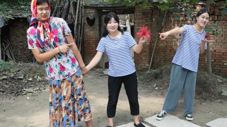 童年:田田拿着妈妈做的毽子找小伙伴玩,被小伙伴笑话,做的毽子也很好