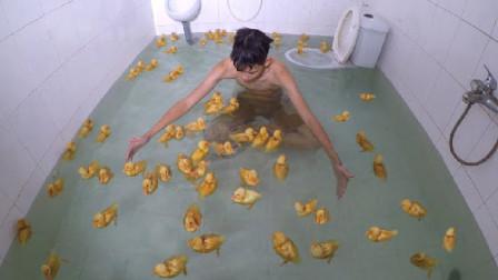 小伙和100只小黄鸭一起洗澡,跳入水中的瞬间,场面不忍直视!