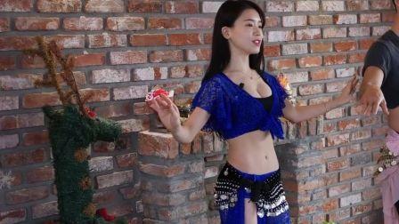 马甲线优美的美女叫你跳瓦利舞 有点像新疆舞蹈