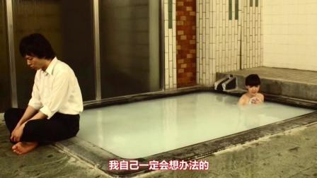 小伙偷溜进女浴室,美女越想越气,狠虐小伙