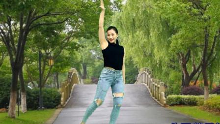 点击观看《适合中年辣妈舞蹈视频不舍 青青世界先操练起来了》