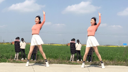 点击观看《新生代广场舞《追梦人》64步简单网红健身舞》