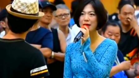 美女演唱一首《铁血丹心》,不料男子才是高手,完美跟她合唱!