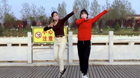 红衣幺妹儿学一遍就会跳太厉害了 青青世界广场舞