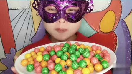 """妹子吃怀旧零食""""西瓜泡泡糖"""",一盘子五彩缤纷,能吹出大泡泡吗"""