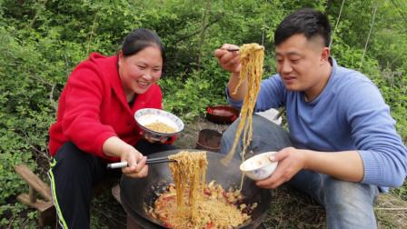 6包泡面2斤肥肠,胖妹做火锅肥肠面,又香又辣,老公吃得直冒汗