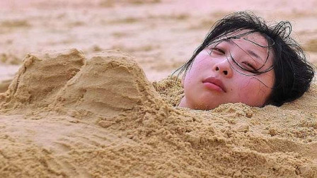 去海边玩的时候,为何不能把身体埋在沙子里?看完得警惕了!