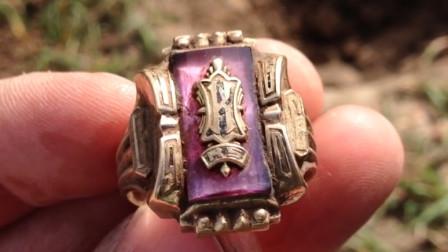小哥野外寻宝,捡到50年前的金戒指,接下来的举动令人钦佩!