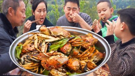 岳父下厨炒糖色,超小厨14大闸蟹做香辣蟹,麻辣酥脆吃着过瘾
