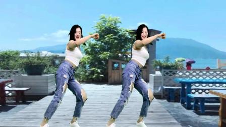 青青世界广场舞《不潮不花钱》身材好 跳舞棒