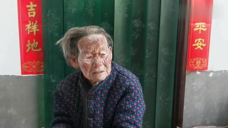 河南:農村93歲老奶奶,用牙膏把自己涂成大花臉,兒子哭笑不得