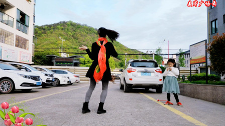 麦芽广场舞 对面的小姐姐 被5岁小萌娃抢镜了
