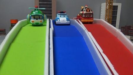 变形警车珀利和汽车伙伴们玩彩虹滑梯