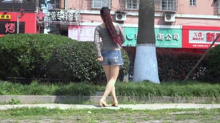 点击观看《永东广场舞 我把真心给错了人 夏天跳舞当然要穿热裤》
