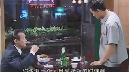 省长躲在小吃店喝小酒吃大蒜,不料被厅长一眼认出,两人对话太逗了!