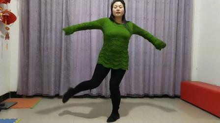 点击观看《春天美广场舞 情路弯弯 鬼步舞基本步》