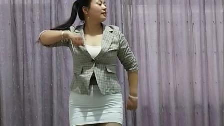 点击观看《春天美广场舞 爱你太执着 中年妇女健身舞蹈首选》