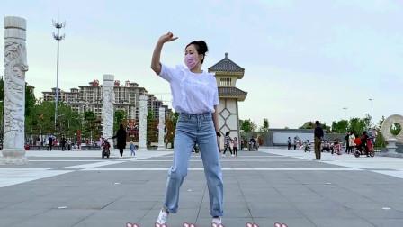 青青世界广场舞《点歌的人》一夜就能爆火的舞蹈