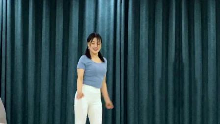 点击观看《最新鬼步舞 青青世界曳步舞视频》