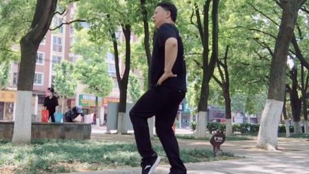 点击观看《公园鬼步舞 190胖子跳曳步舞视频》
