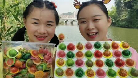 """小姐姐吃""""缤纷水果造型迷你巧克力酱饼干"""",包装精致,香甜酥脆"""